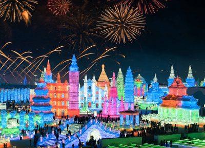 NË KINË NDËRTOHET NJË QYET I TËRË PREJ AKULLI/ Nis në Harbin festivali i dëborës