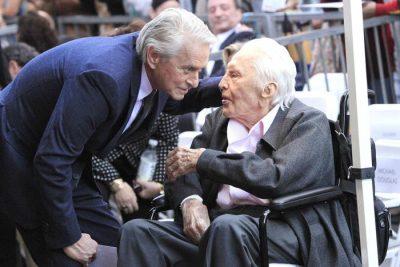 LAMTUMIRË KIRK DOUGLAS/ Ikona e kinemasë ndahet nga jeta në moshën 103 vjeçare (FOTO)