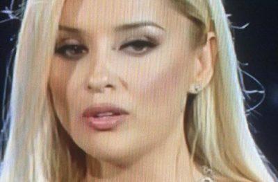 """PËRLOTET NË SKENË/ Alketa rrënqeth me fjalët në skenën e """"Sanremos"""" (FOTO)"""