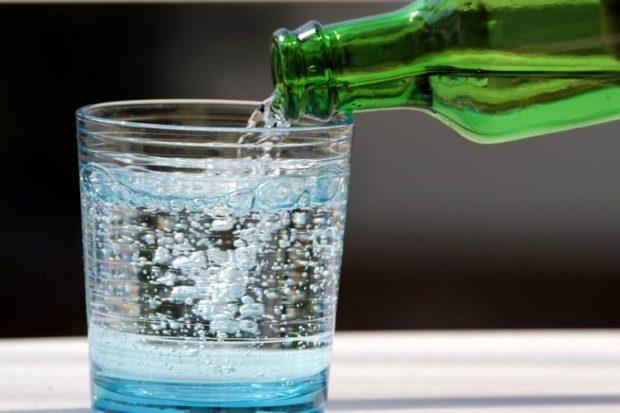 MË MIRË SE TË…/ Uji i gazuar dhe pasojat tek dhëmbët. Kujdesi që ju duhet të bëni