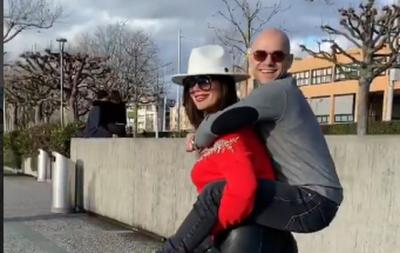 """""""MË KA MARRË GRUAJA XHIRO""""/ Arjola mban në shpinë Xhodën dhe nuk mbajmë dot të qeshurën (VIDEO)"""