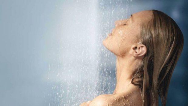 LAHUNI MË MIRË NË MËNGJES/ Pse nuk duhet të bëni dush në darkë?