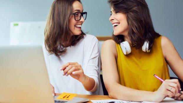 """""""PRODUKTIVITET""""/ Pesë arsye pse është mirë t'i keni miq kolegët e punës"""