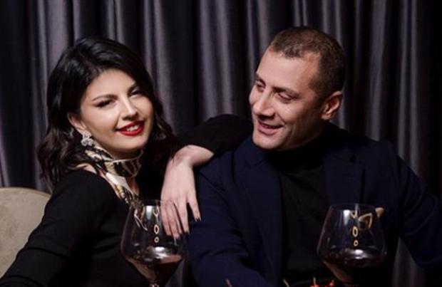 """""""ZJARR FARE""""/ Rudina dhe Mark Frroku e """"djegin"""" për Shën Valentin (VIDEO)"""