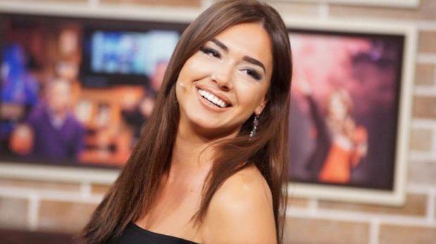 EKSPOZOJNË FORMAT E TYRE/ Gara e çmendur seksiste në TV-të shqiptare, me moderatoret e sportit (FOTO)