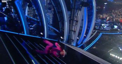 SHOKUESE/ Del për të performuarnë Sanremo, por bie keq nga shkallët