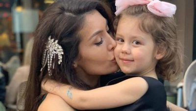 RENEE NJË KOPJE E SË ËMËS/ Nora Istrefi pozoi krah vogëlushes dhe vështirë të bësh dallimin mes të dyjave