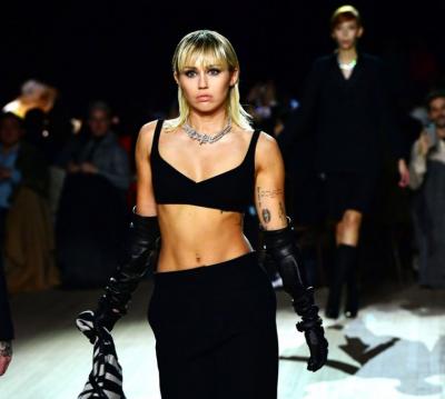 SFILATA VJESHTË 2020 E MARC JACOBS/ Miley modelon në krahë të motrave Hadid