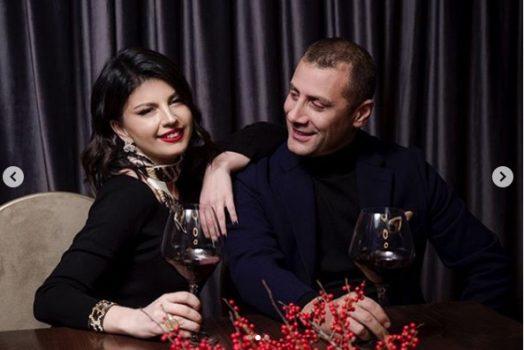 """""""ANI MORE NUSE""""/ Mark Frroku nuk përmbahet, ia merr valles me Rudinën për Shën Valentin (FOTO)"""