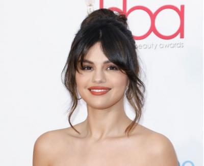 """""""NUK LËVIZ DOT AS KRAHËT""""/ Selena Gomez sakrifikon për bukurinë, vesh fustanin e komplikuar"""