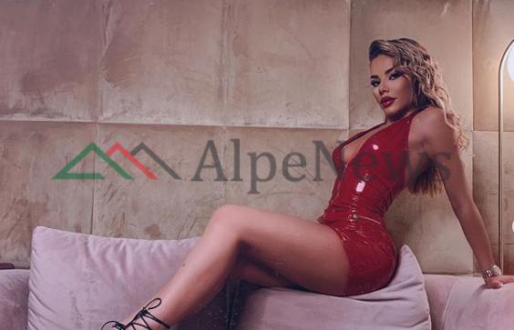 """""""SEPSE E KUQJA…""""/ Tayna publikon albumin me fotot seksi dhe të gjithë e pëlqyem"""