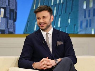IKU DHE NJË TJETËR / Moderatori shqiptar bëhet pjesë e televizionit italian