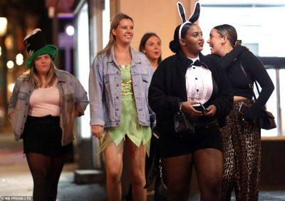 KORONAVIRUSI/ COVID-19 nuk ndal britanikët, festë e çmendur me alkool e skena erotike (FOTO)