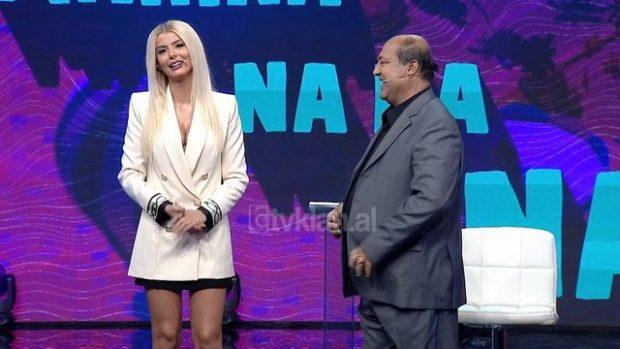 MOMENTI I SIKLETSHËM/ Bujar Qamili harron të ulë pantallonat dhe del në skenë (VIDEO)