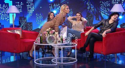 ROZA LATI VË NË SIKLET XHENI KARAJ/ Tenton ta puthë në buzë në mes të emisionit (FOTO+VIDEO)