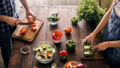 KORONAVIRUSI/ A mund të infektohemi përmes ushqimeve