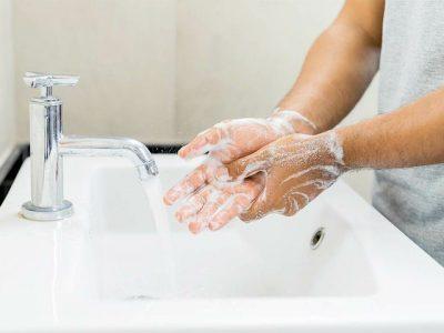 E RËNDËSISHME/ Pse sapuni dhe uji i ngrohtë funksionojnë kundër Covid-19?
