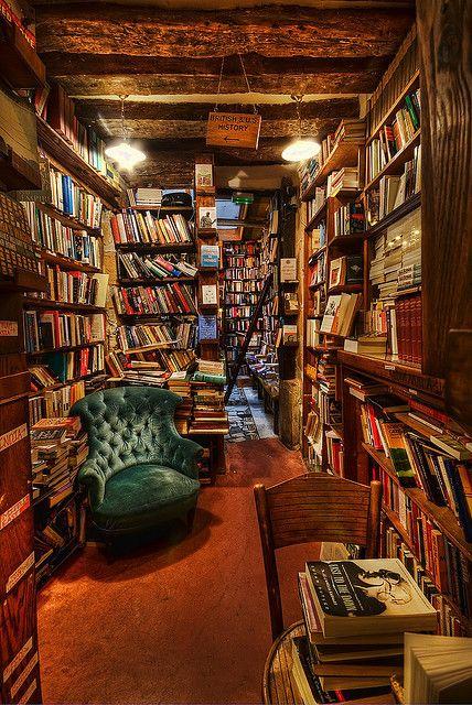 """""""UNË RRI NË SHTËPI""""/ Pesë librat që mund të lexoni këto ditë"""