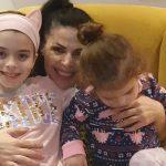 U KTHYE NGA SHBA/ Aurela Gaçe takon vajzat pas 14 ditësh në vetëizolim: Prita me ankth. COVID-19…