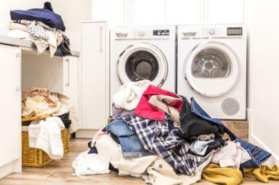 KORONAVIRUSI/ A mbijeton në rroba dhe si mund t'i pastrojmë
