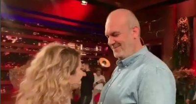 """""""JAM BËRË PISHMAN""""/ Moderatorja shqiptare i kërkon publikisht falje burrit nga televizori"""