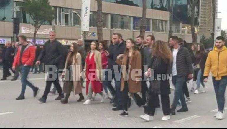 PROTESTA E ILIR METËS/ Gazment Bardhi dhe Sahit Dollapi me të rinjtë në Bulevard (VIDEO)