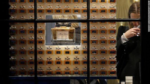 KORONAVIRUSI/ Dior dhe Givenchy lënë parfumet, zënë antibakterialët