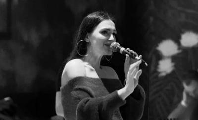 """TË GJITHË JANË NË SHTËPI/ Marsela Çibukaj nuk heq dot dorë nga muzika """"live"""""""