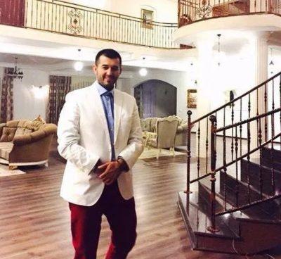 LUFTA KUNDËR KORONAVIRUSIT/ Këngëtari shqiptar dhuron 5 mijë euro për fondin e shtetit (FOTO)