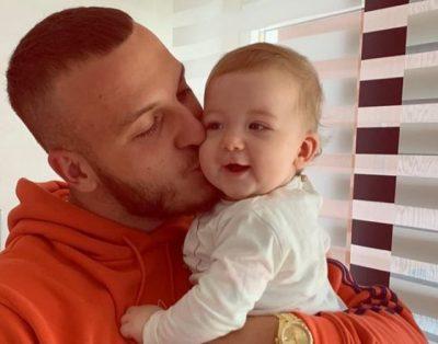 """""""ËSHTË SHUMË E VËSHTIRË""""/ 2 muaj pa takuar Hanën, Mozzik flet i prekur për të bijën (FOTO+VIDEO)"""