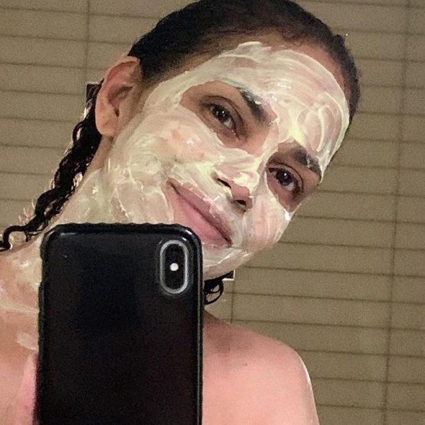 ME 4 PËRBËRËS/ Aktorja tregon maskën e preferuar në kushte shtëpie