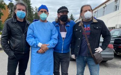 GJESTI FISNIK/ Tre këngëtarët shqiptarë dhurojnë 500 maska për mjekët e Infektivit (FOTO)