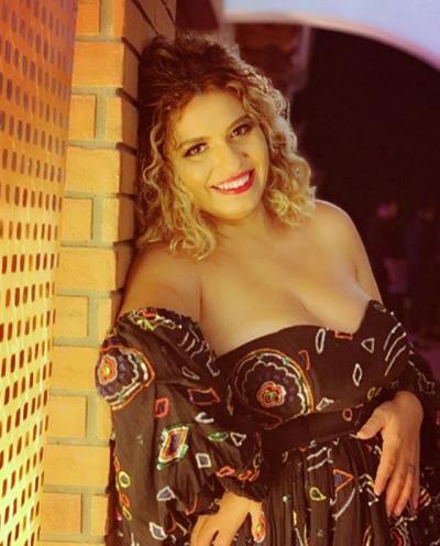 HABIT/ Këngëtarja shqiptare: I drejtoj flokët që t'i dukem burrit vajzë tjetër (FOTO+VIDEO)