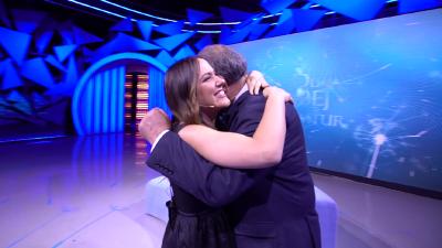 """""""JAM KRENAR QË KAM NJË VAJZË SI TI!"""" Babai suprizon moderatoren Arbana Osmani, përqafime dhe lot në studio"""