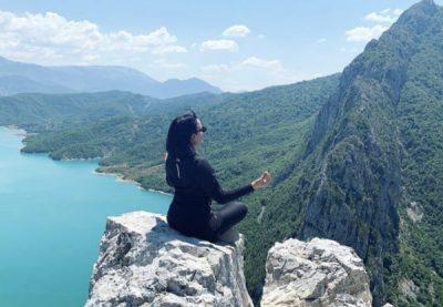 ME SURPRIZËN E DITËLINDJES/ Këngëtarja shqiptare zbulon moshën e saj (FOTO)
