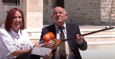 """DO QESHNI ME LOT/ Rapsodi i njohur këndon këngën e """"famshme"""" të Mozzik (VIDEO)"""
