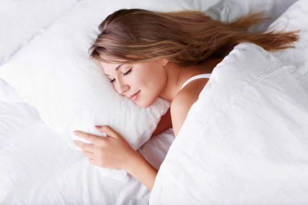 NUK JENI REHAT KUR FLINI? Këto janë pozicionet më të mira dhe më të këqija të gjumit