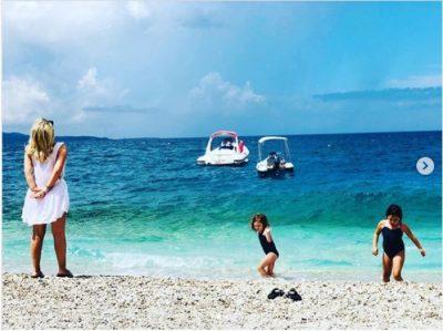 E INFEKTUAR NGA COVID/ Shërohet këngëtarja shqiptare dhe nis pushimet në plazhin e Sarandës (FOTO)