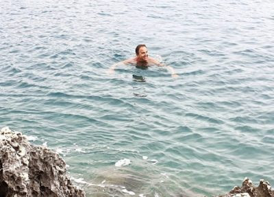 """""""DOLI DIELLI…""""/ Edhe pse në kohë me shi, Ardit Gjebrea e shijon detin në këtë formë (FOTO)"""