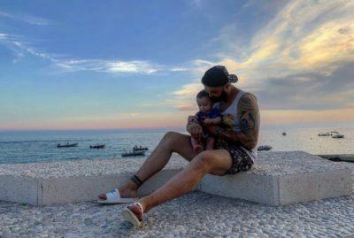 """""""3 BREZA…""""/ Alfio Rrotani poston FOTON nga plazhi me mesazhin domethënës"""