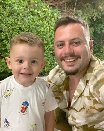 SOT MBUSH PLOT 2 VJEÇ/ Visjan Ukcenaj i uron me fjalë të ëmbla ditëlindjen të birit: Zemra e babit… (FOTO)