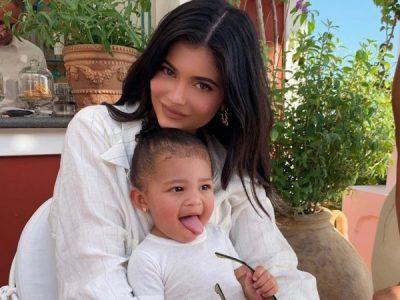 SI DY PIKA UJI/ Stormi nuk ka asnjë dallim nga Kylie Jenner kur ka qenë e vogël, na i trregon vetëm me një FOTO