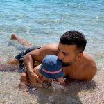 """""""NË DITËT ME SHI KUJTOJMË…""""/ Gaz Paja bëhet nostalgjik, ai ndan këtë FOTO të ëmbël me djalin në plazh"""