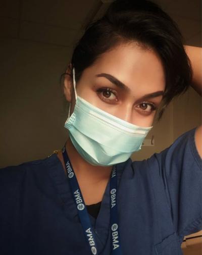 """MISS ANGLIA """"HEQ DORË"""" NGA KURORA/ Prej 7 muajsh punon si doktoreshë në luftën kundër COVID-19 (FOTOT)"""