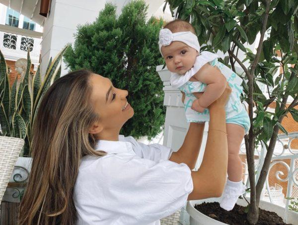 """""""KËTO KËMBË JANË ARSYEJA…""""/ Jonida Vokshi poston FOTON  e vajzës dhe i dedikon fjalë të ëmbla"""