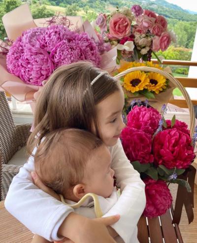 """""""RITUALA PARA GJUMIT""""/ Miriam Cani poston FOTON e ëmbël me vajzën dhe djalin"""