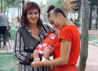 """""""TË DUAM SHUMË…""""/ Jonida Vokshi ndan FOTON e veçantë dhe zgjedh ta urojë kështu mamanë e saj për ditëlindje"""