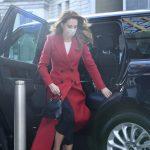 FRYMËZUAR NGA LADY DIANA/ Si e kombinon Kate Middleton pallton e kuqe (FOTOT)