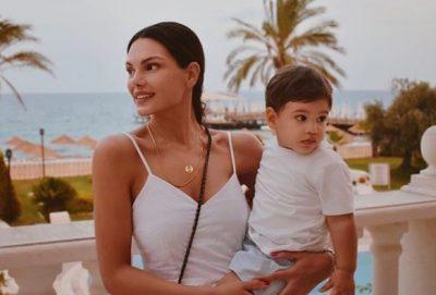 """""""NUK NDIHESHIM MIRË…""""/ Almeda Abazi dhe djali i saj bëjnë testin për Covid-19. Rezultati del…"""