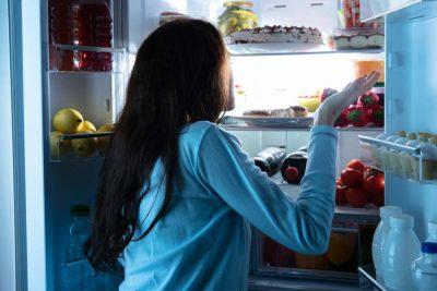 KUJDES ÇFARË KONSUMONI/ Nëse keni probleme me gjumin, këtë ushqim duhet ta shmangni para se të flini